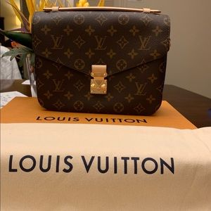 2018 Louis Vuitton Pochette Metis Monogram